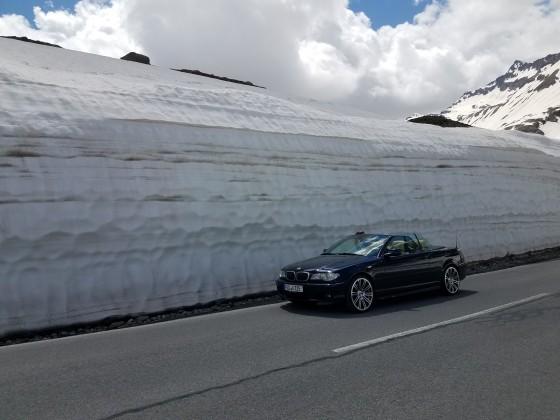 Meterhohe Schnewände im Juni